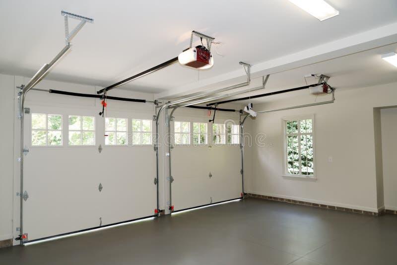 Interior del garage de dos coches fotografía de archivo libre de regalías
