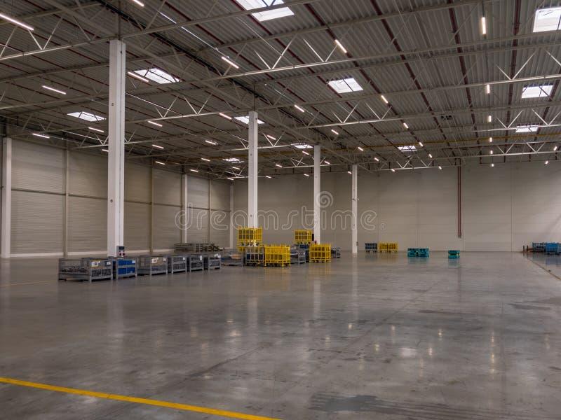 Interior del garaje moderno grande vacío del almacén foto de archivo libre de regalías