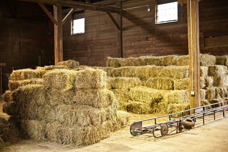 Interior del granero con las balas de heno fotografía de archivo