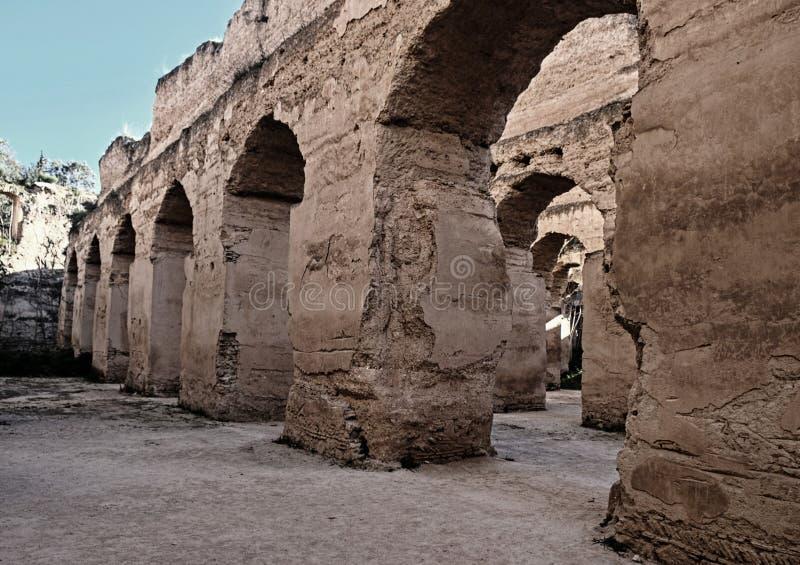 Interior del granero y del establo viejos del Heri es-Souani en Meknes, Marruecos fotografía de archivo libre de regalías