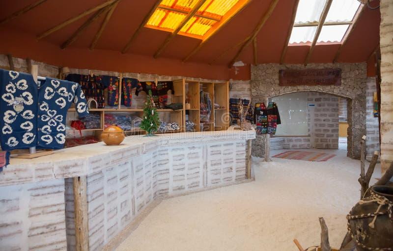 Interior del hotel hecho de ladrillos de la sal imagen de archivo