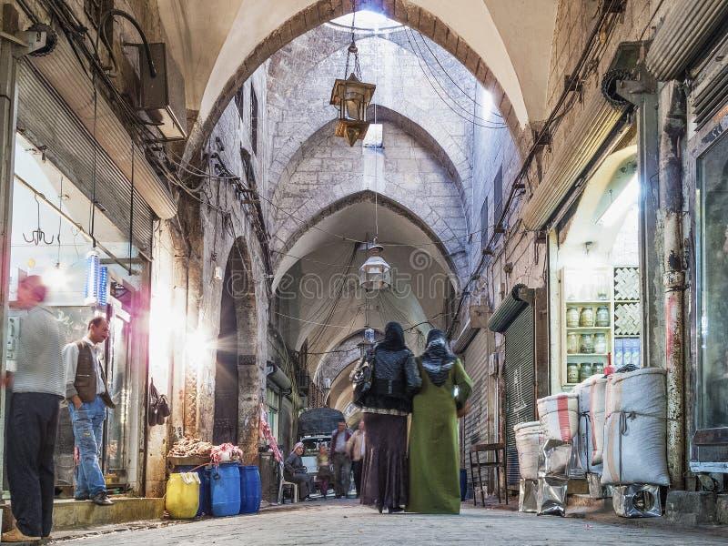 Interior del mercado del souk del bazar en Alepo central Siria imagenes de archivo