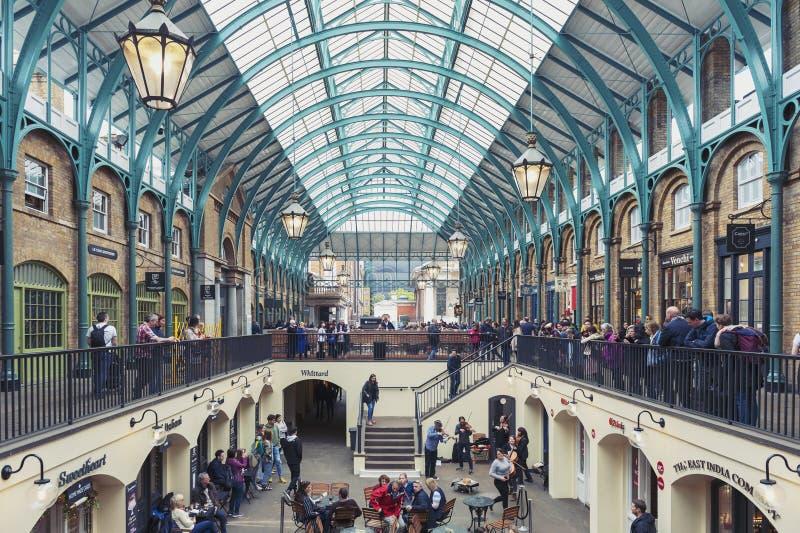 Interior del mercado del jardín de Covent en la ciudad de Westminster, mayor Londres fotografía de archivo