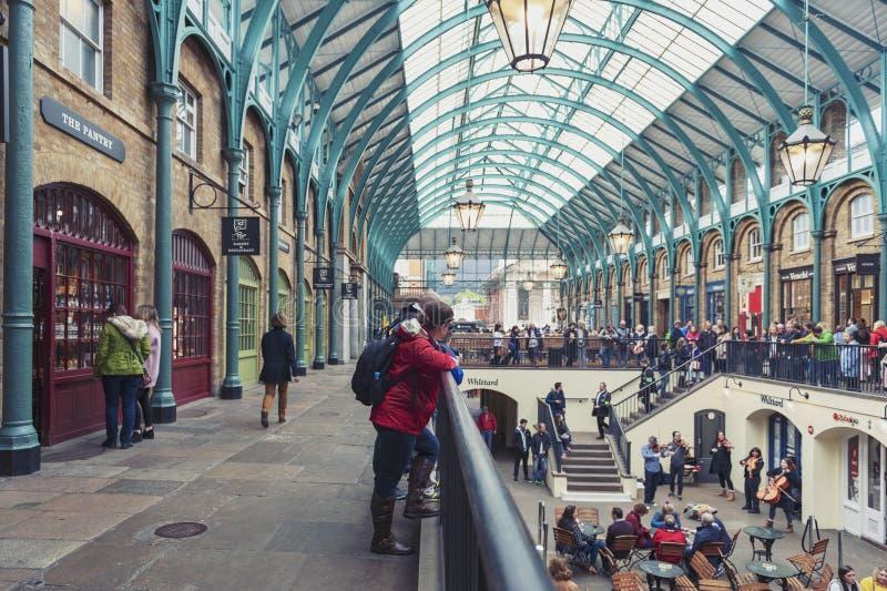 Interior del mercado del jardín de Covent en la ciudad de Westminster, mayor Londres imagen de archivo