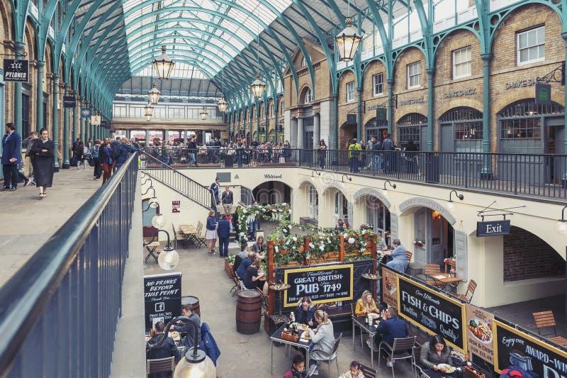 Interior del mercado del jardín de Covent en la ciudad de Westminster, mayor Londres imagenes de archivo