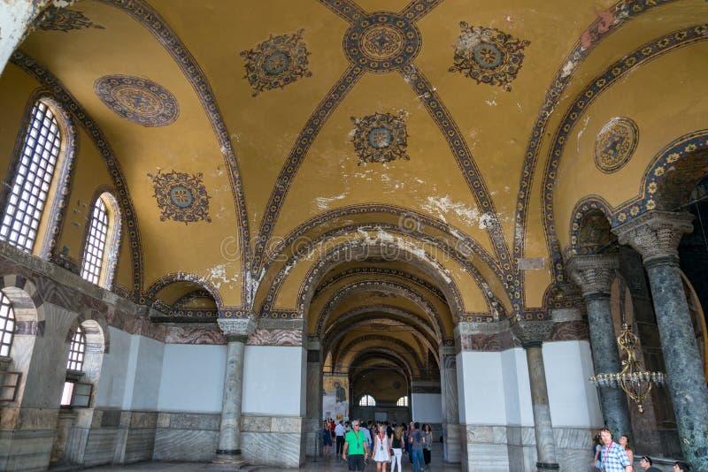 Interior del museo de Hagia Sophia con los turistas Estambul, Turkeky imágenes de archivo libres de regalías