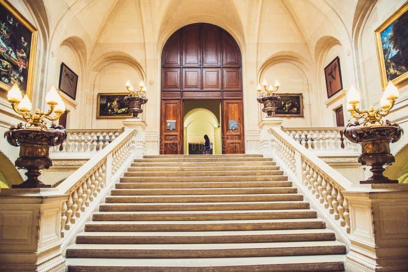 Interior del museo del Louvre fotos de archivo