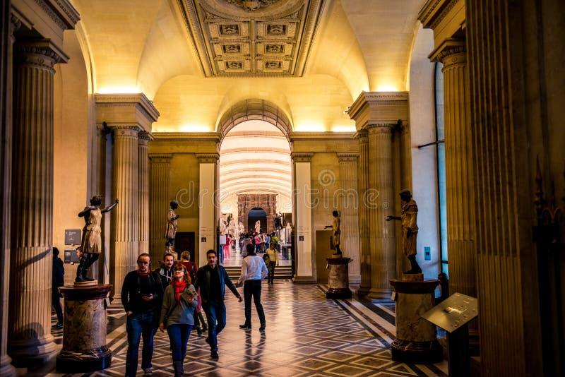 Interior del museo del Louvre imagenes de archivo
