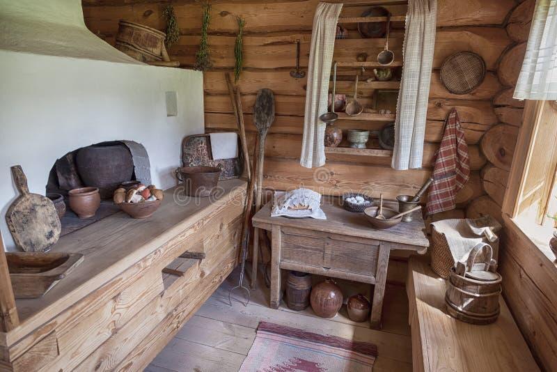 Interior del museo Suvorov. Cocina tradicional rusa con la estufa foto de archivo