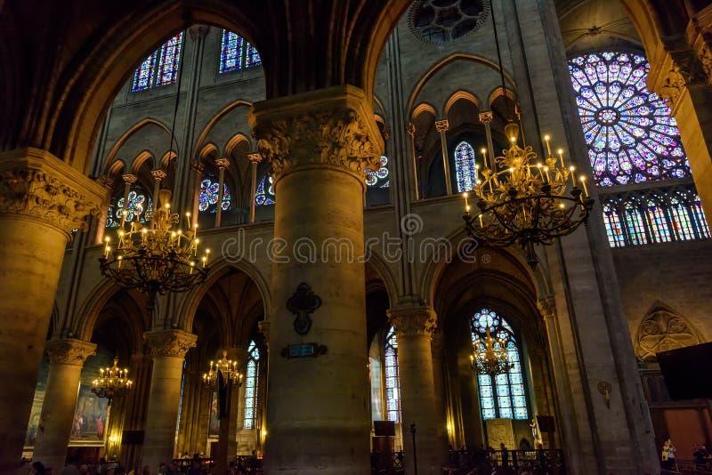 Interior del Notre Dame de Paris en París, Francia imágenes de archivo libres de regalías