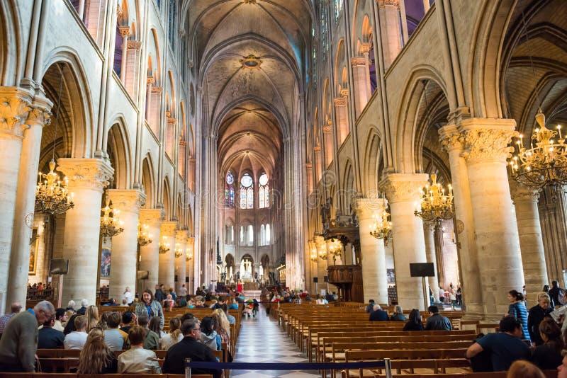 Interior del Notre-Dame de Paris de la catedral fotos de archivo libres de regalías