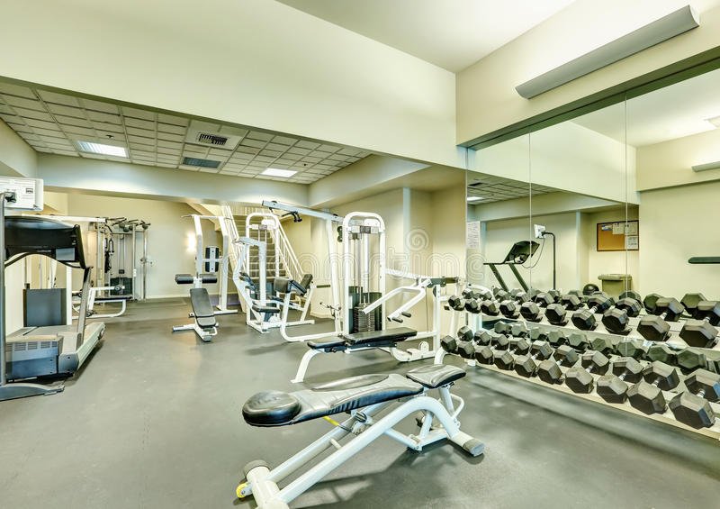 Interior del nuevo gimnasio moderno con el equipo de deporte foto de archivo