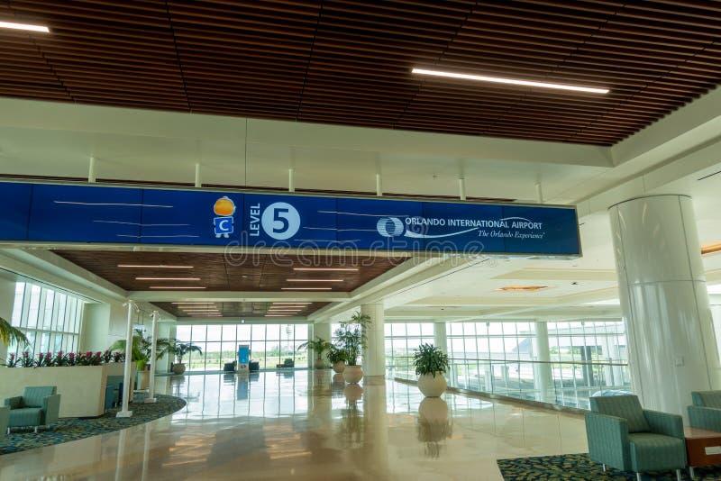 Interior del nuevo terminal internacional C en Orlando International Airport imagen de archivo