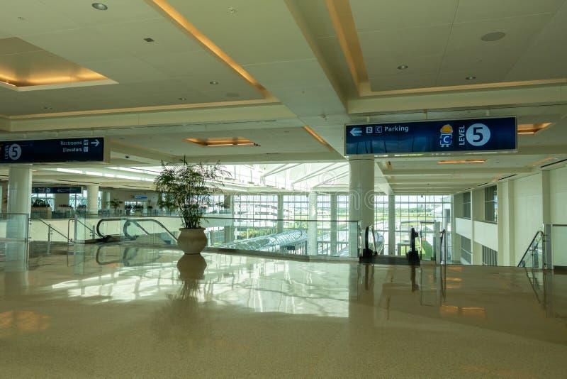 Interior del nuevo terminal internacional C en Orlando International Airport foto de archivo