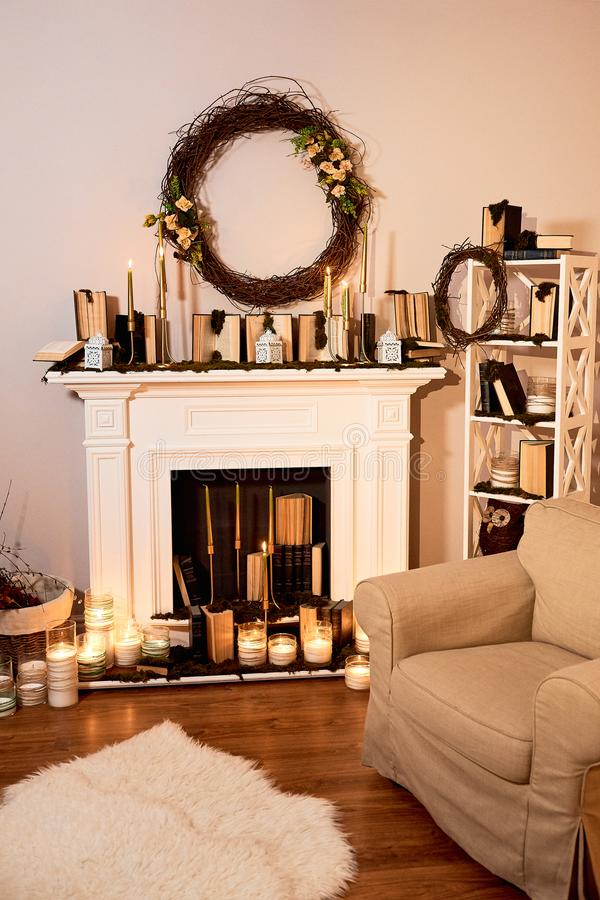 Interior del otoño El concepto de comodidad de la familia Chimenea con las velas fotografía de archivo