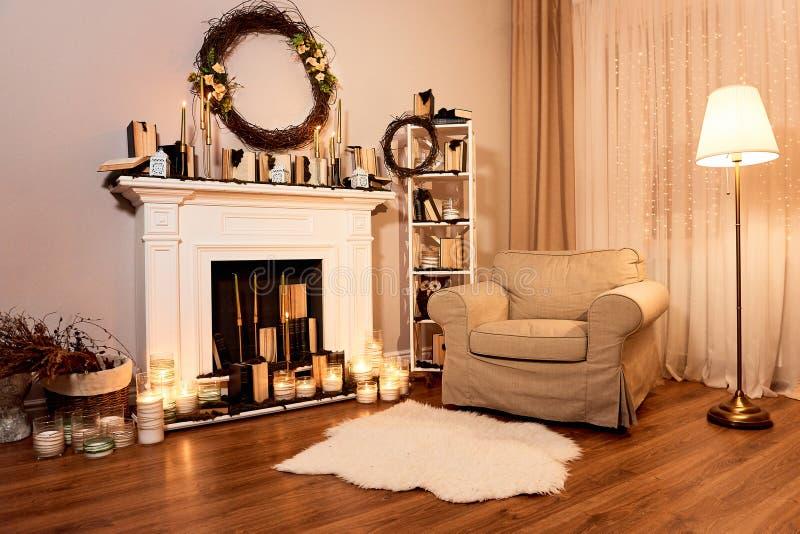 Interior del otoño en una casa acogedora Chimenea con las velas fotos de archivo