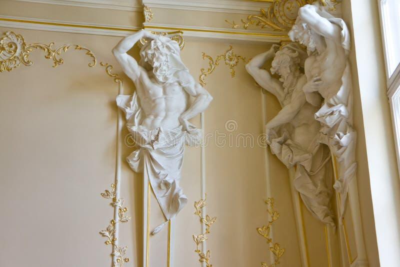 Interior del palacio con las estatuas que apoyan el techo y el estuco hermoso imágenes de archivo libres de regalías
