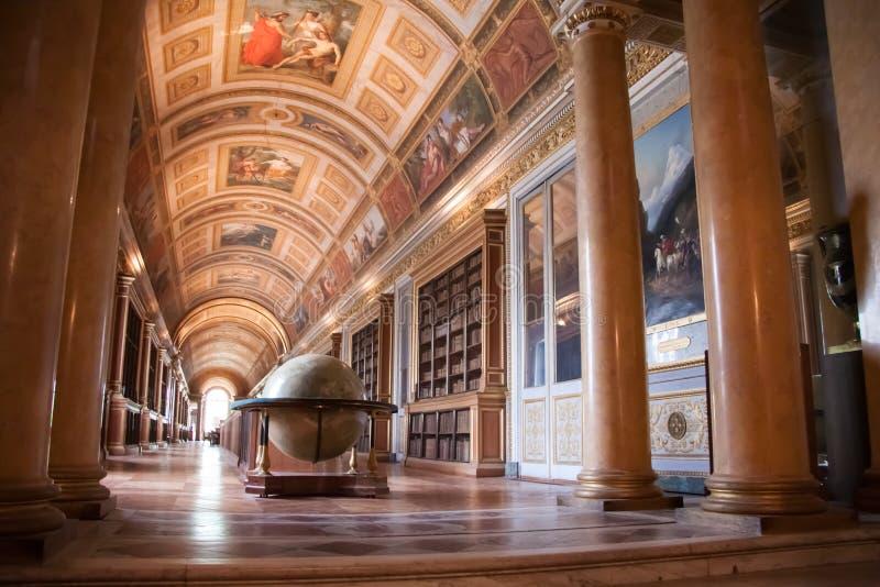 Interior del palacio de Fontainebleau Galería de Diana con un globo grande fotos de archivo libres de regalías