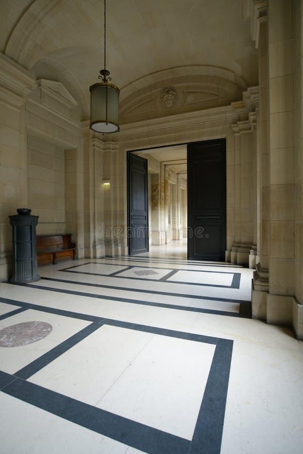 Interior del palacio de la justicia en París imagenes de archivo
