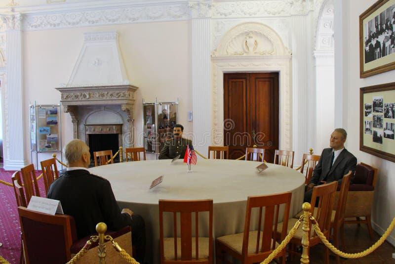 Interior del palacio de Livadia con las figuras de cera de Stalin, de Churchill y de Roosevelt fotos de archivo libres de regalías