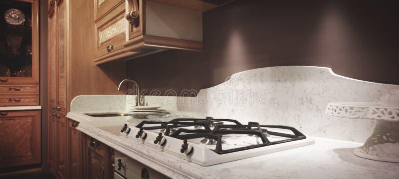 Interior del panorama de madera beige clásico moderno de la cocina fotos de archivo
