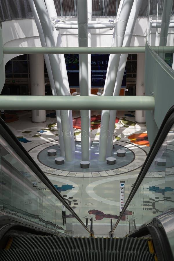 Interior del pasillo de San Francisco Salesforce Transit Center fotografía de archivo