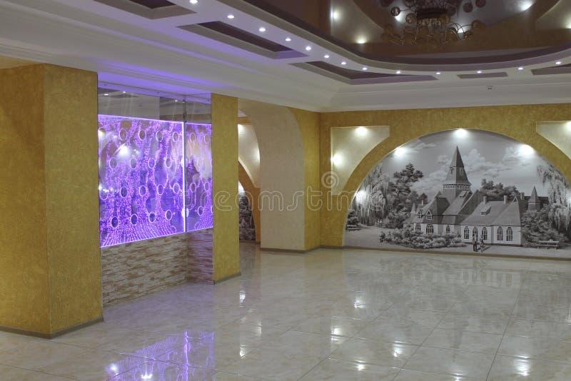 Interior del pasillo en uno de sanatorios del balneario Myrhorod imagenes de archivo