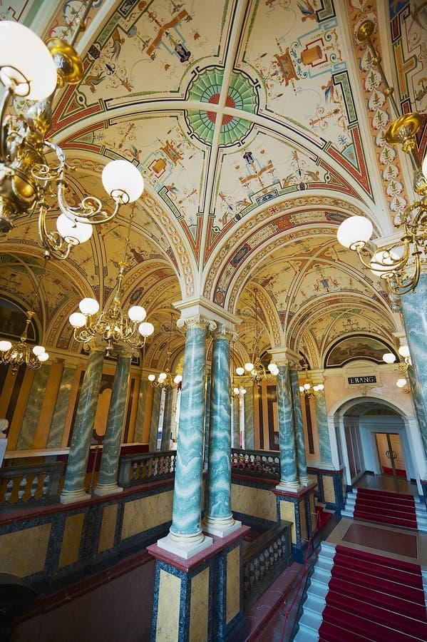 Interior del pasillo principal del teatro de la ópera de Semper en Dresden, Alemania fotografía de archivo libre de regalías