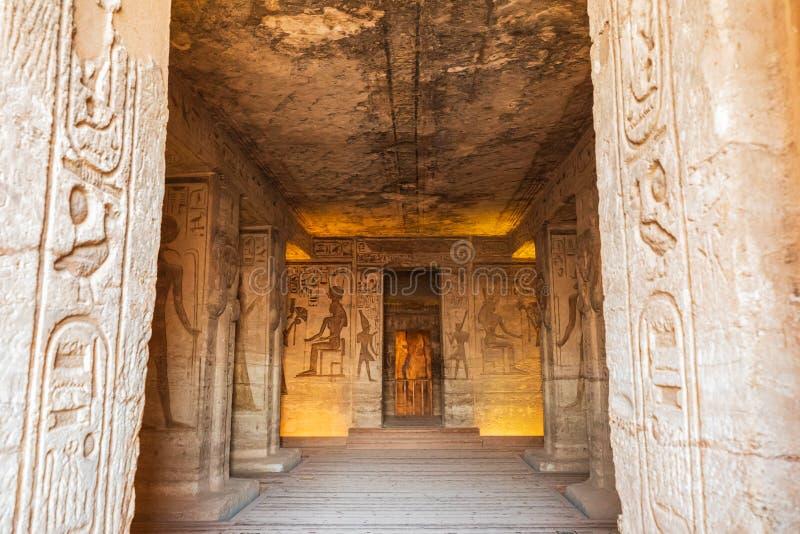 Interior del pequeño templo de Abu Simbel, también conocido como el Templo de Hathor y Nefertari imagen de archivo