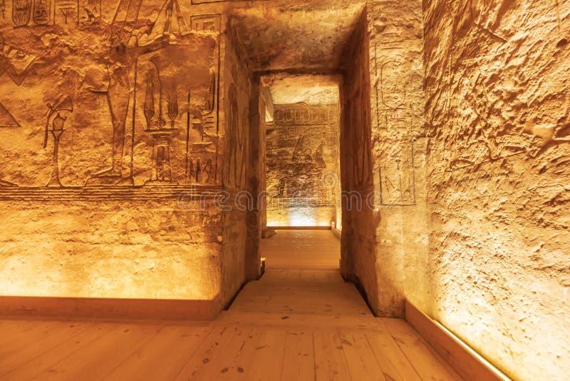 Interior del pequeño templo de Abu Simbel, también conocido como el Templo de Hathor y Nefertari imagenes de archivo