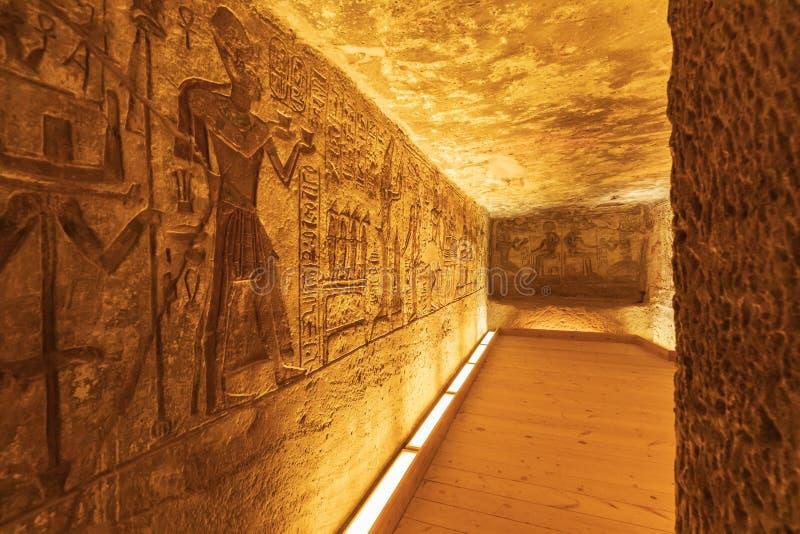 Interior del pequeño templo de Abu Simbel, también conocido como el Templo de Hathor y Nefertari fotos de archivo libres de regalías