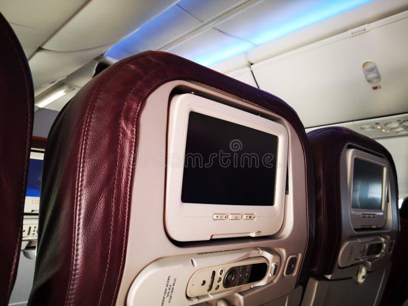 Interior del primer de la mini televisión en el vuelo para los pasajeros en asientos dentro de la opinión de los aeroplanos fotos de archivo libres de regalías