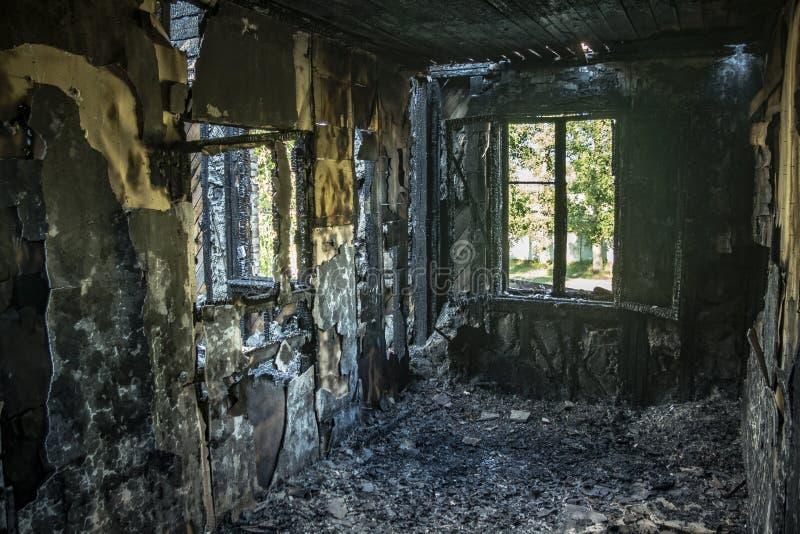 Interior del quemado por el apartamento del fuego en una construcción de viviendas Paredes de madera quemadas fotografía de archivo