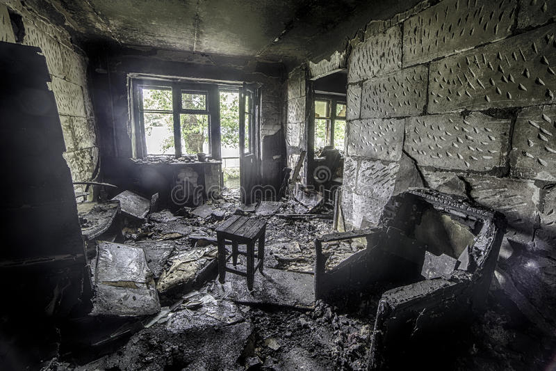 Interior del quemado por el apartamento en una construcción de viviendas, muebles quemados del fuego imagenes de archivo