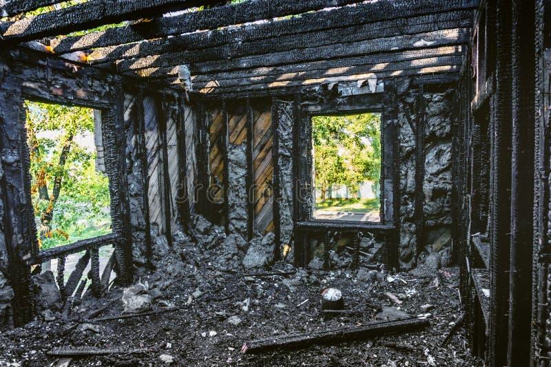 Interior del quemado por la construcción de viviendas del fuego imagenes de archivo