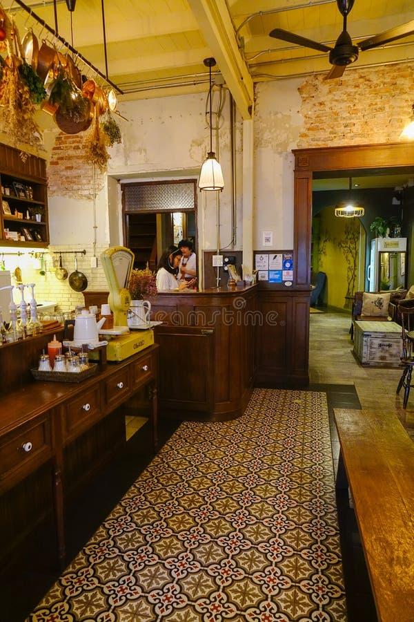Interior del restaurante acogedor imagen de archivo
