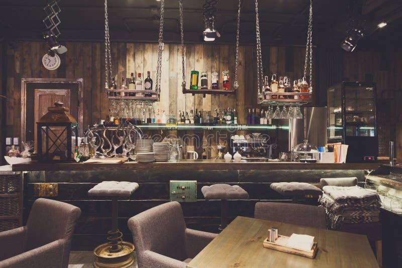 Interior del restaurante acogedor, estilo del desván foto de archivo