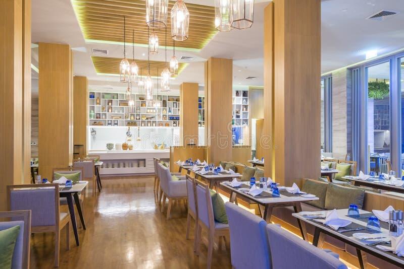 Interior del restaurante con diseño y la decoración del moder fotos de archivo
