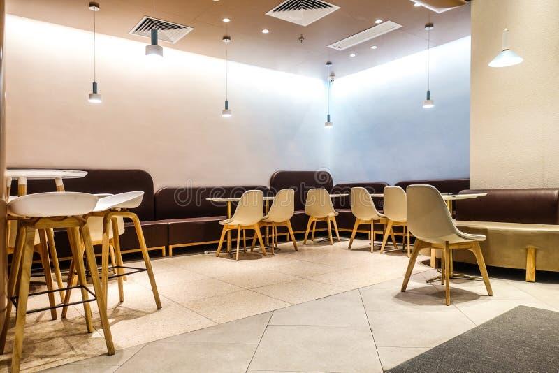 Interior del restaurante de la barra del café en centro comercial foto de archivo