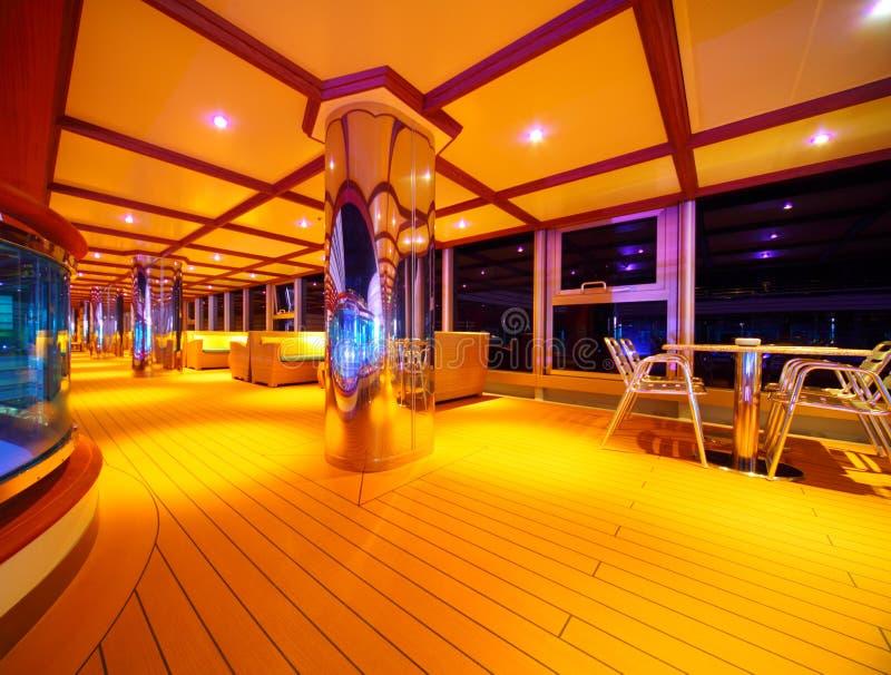Interior del restaurante iluminado en el barco de cruceros fotos de archivo libres de regalías