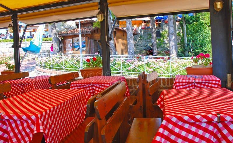 Interior del restaurante italiano imagen de archivo