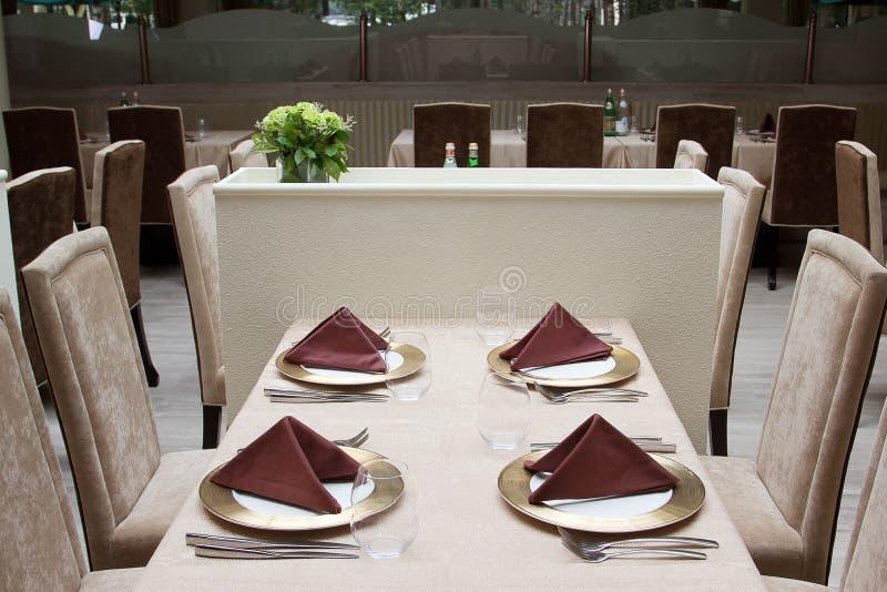Interior del restaurante moderno con la tabla servida imágenes de archivo libres de regalías