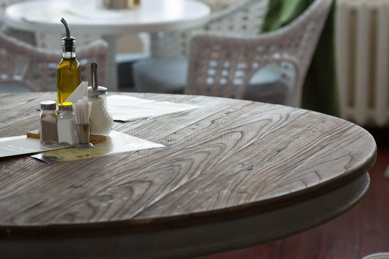 Interior del restaurante Pimienta y sal en la tabla fotografía de archivo