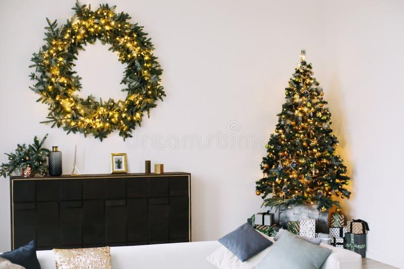 Interior del ` s del Año Nuevo Árbol de navidad adornado con los regalos Guirnalda de la picea con la guirnalda Decoraciones de l fotos de archivo libres de regalías