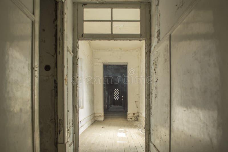 Interior del sanatorio abandonado en Portugal imagen de archivo libre de regalías