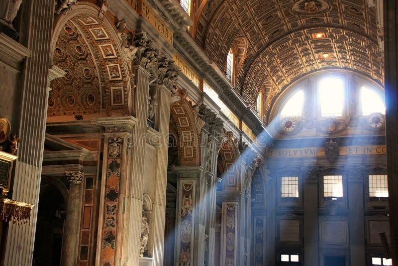 Interior del santo Peters Basilica con los rayos crepusculares imagen de archivo libre de regalías