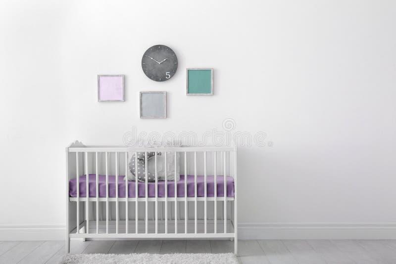 Interior del sitio del bebé con el pesebre imágenes de archivo libres de regalías