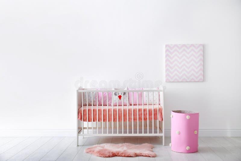Interior del sitio del bebé con el pesebre imagen de archivo libre de regalías