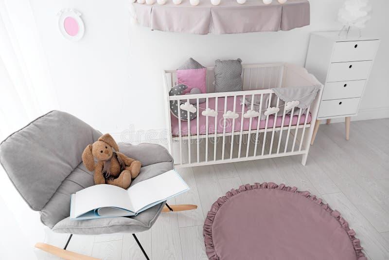 Interior del sitio del bebé con el pesebre fotografía de archivo