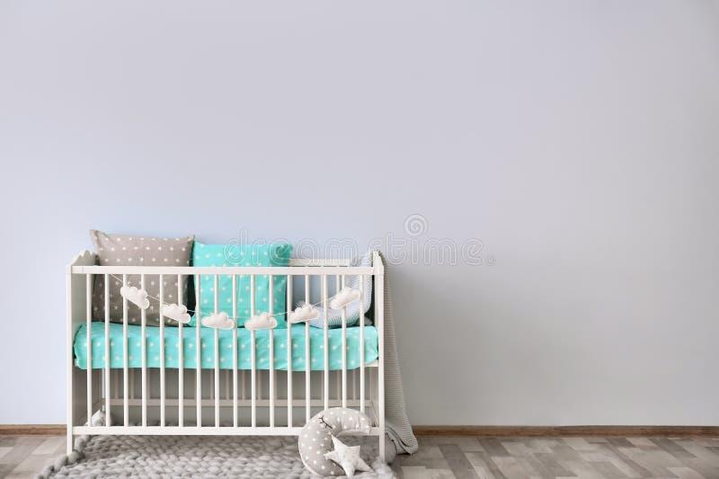 Interior del sitio del bebé con la pared del pesebre fotografía de archivo libre de regalías